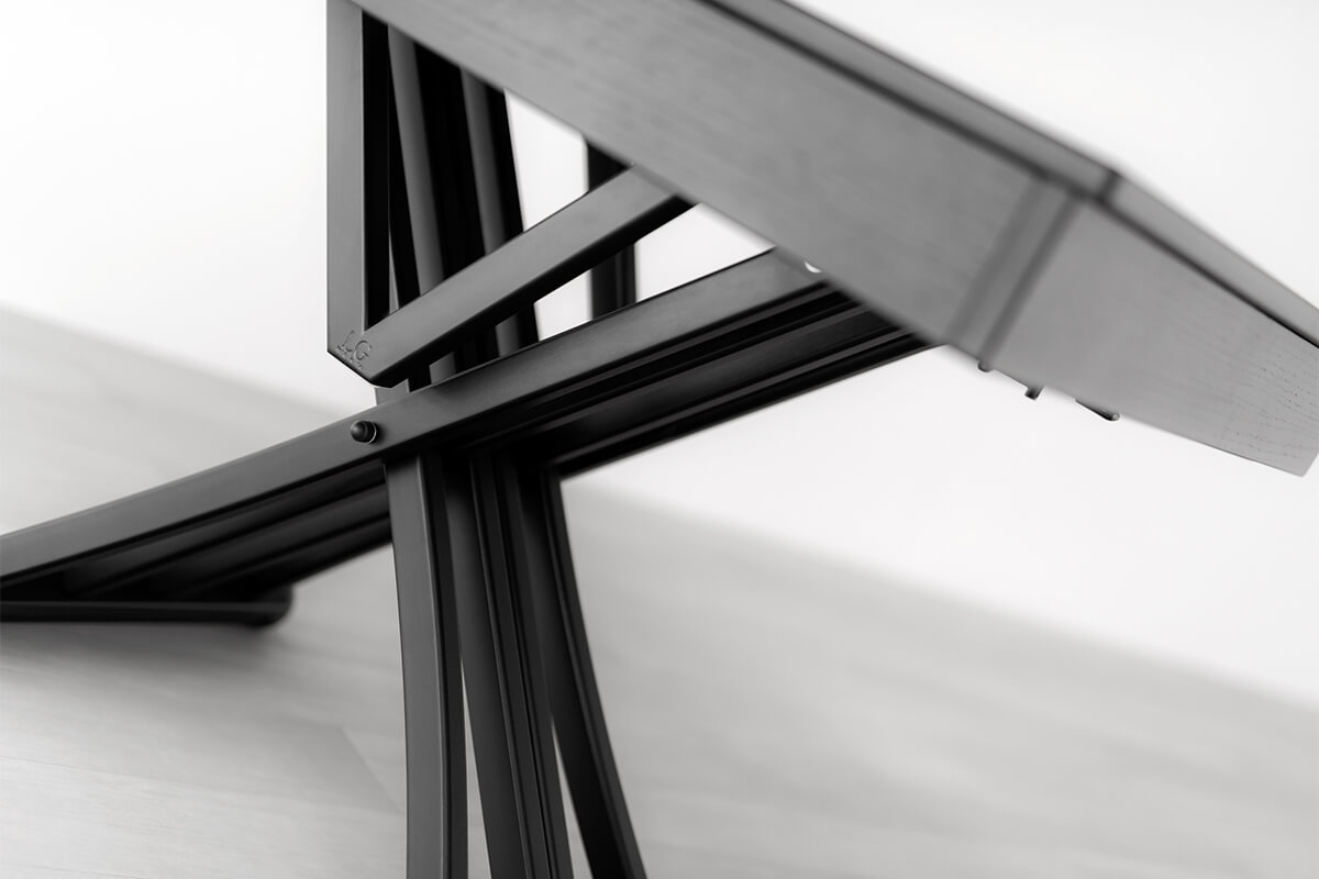 Extendable dining table base detail