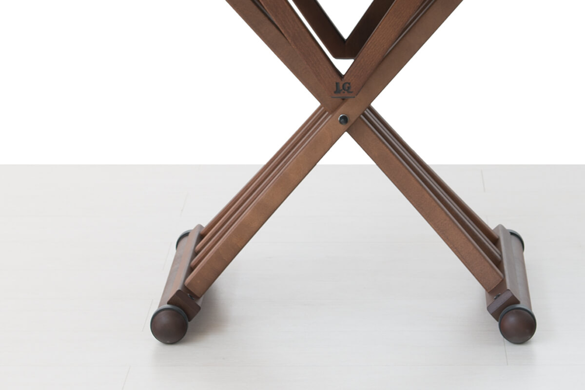 Round extendable dining table detail